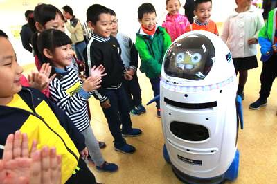 小学举办科技节学生对话机器人
